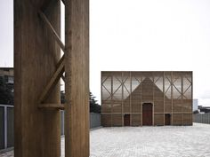 the modern box & classic cathedral pitch. L'Aquila Church / Antonio Citterio Patricia Viel and Partners