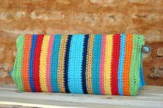 Carteira de crochê feita à mão. Forro interno feito com tecido 100% algodão. Tamanho G - Com lateral R$148,00