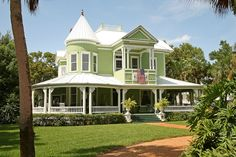 This Appalachicola Florida Queen Anne is very cheery in it's vibrant green paint color.
