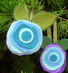 18 Crafts with Felt: Simple Craft Ideas, Felt Flowers & More free eBook simpl craft, christmas crafts, sew flower, flower tutorial, 18 craft, craft ideas, felt flowers