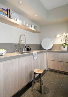 Una cocina de madera en colores claros da sensación de calidez y tranquilidad