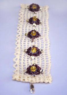 Beaded lace bracelet inspired by Anthropologie.  I think this could be a fun craft party project!  Tutorial at zakka life.