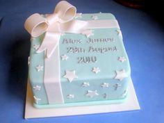 Torta de 1 Libra cuadrada,decorada en pastillaje con figuras y moño blanco. Nombre y fecha del bautizo