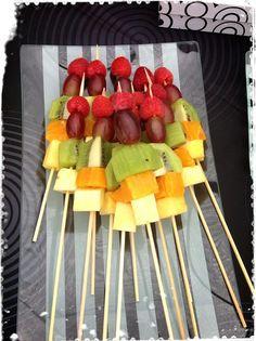 Brocheta de frutas | Mesa de frutas preparada para un evento | @Fruristería