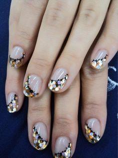 Asymmetrical glitter manicure