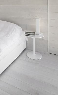 Relaxing bedroom in white and neutral tones, lamp by Viabizzuno _