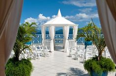 Can you imagine getting married at this oceanfront gazebo? Wow! {Photo: Sugar Bay Resort & Spa}