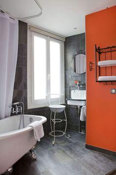 Grey and orange bathroom / salle de bains orange et grise | More photos http://petitlien.fr/floramikulabonnesidees