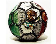 Pelota de fútbol gastada con la bandera de México