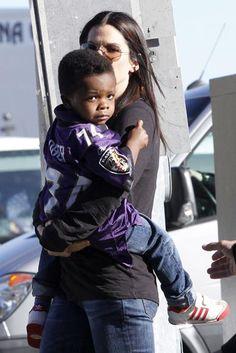 Sandra Bullock y su hijo, Louis, son fans de los Ravens #actrices #cine #actress #people #celebrities #famosas