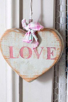 ''Amar não é aceitar tudo. Aliás: onde tudo é aceito, desconfio que há falta de amor.'' -Vladimir Maiakóvski
