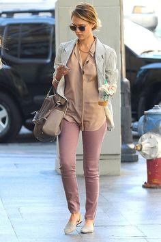 looks de celebrities con los vaqueros j brand: jessica alba con pantalones rosas