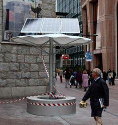 Banco con enchufes que se carga con energía solar