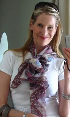 LOVE this -- the scarf and the way it's tied!