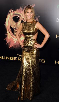 "Jennifer Lawrence arrives at the world premiere of ""The Hunger Games"" in Los Angeles, California. she looks amazing!"