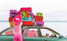 ¿Dónde crees que va esta chica y su perro con tantas maletas?