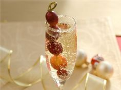 Champán navideño. Christmas champagne: pear liquor, champagne, garnished with frozen grapes