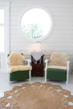 Love the walls and the chairs...
