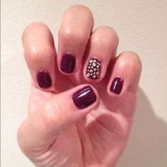 Jessica GELeration in Windsor Castle with accent bling finger.