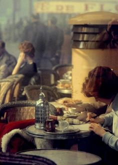Café Les Deux Magots, Paris, 1959. Photo: Saul Leiter.