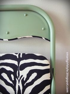 How to make over metal folding chair.. we have a few of these in need of a makeover! spray, fold chair, chair redo, old cards, paint, chair makeover, house colors, old chairs, folding chairs