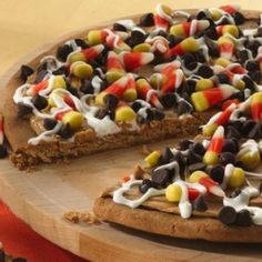 Halloween Cookie Pizza #halloween #cookie #cookies #pizza #great #kids #party #ideas #candycorn #fall #treat #treats #dessert #cool #foody #foodie