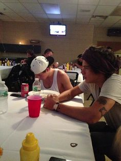 Twitter / 1DFranceUpdates: Niall & Harry eating dinner ... But it looks like only Niall eating dinner