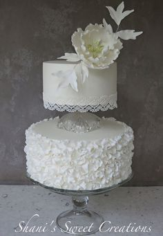 Love how this cake has a modern clean style with a touch of vintage flavor ~ Cake and open flower all edible.