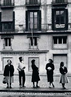 Waiting for the bus. Barcelona. Ramón Massats 1956.