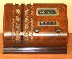 "Stewart Warner 91-513 (""Spade"")  $1595 1940 10""H x 13""W x 10""D. Wood 5 Tubes AM band"
