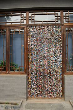 Upcycled magazines, cut into strips and rolled around paper clips and then linked together...DIY::BEADED CURTAIN:: Upcycled Paper Beads Hanging Bead Curtain