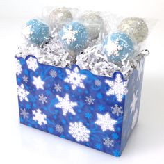 Christmas cake pops from Candy's Cake Pops in Christmas basket boxes from Nashville Wraps. #christmascakepops