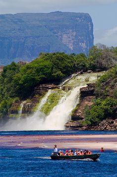 Salto el Hacha  Vista del salto desde el campamento Canaima, Estado Bolívar, Venezuela