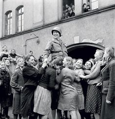 Celebrated liberator: Ukrainian girls who had to work as forced laborers in Germany joyfully cheering an American soldier, which suits his role apparently. Photo b/w, history.