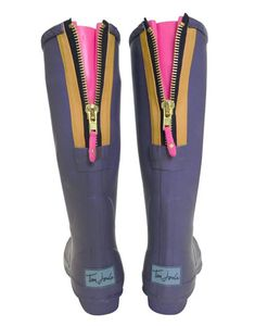 how fun..I think I would like to start collecting rainboots!