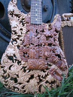 how in the world did someone carve this guitar! O.O��