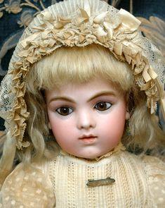 superbe poupée ancienne vetue de jolie dentelle