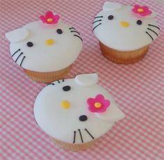 Cupcakes decorados en pastillaje con cara H.K.