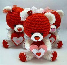 ♥ Valentine Bears. What a sweet gift for someone you ♥ⓛⓞⓥⓔ♥ on Valentine's Day. ♥ Pattern here: http://mamtvorchestvo.ucoz.ru/publ/vjazanie/vljublennye_mishki_vjazhem_igrushki_krjuchkom/2-1-0-12