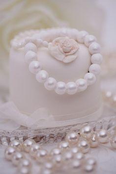 vintage pearl mini cake....