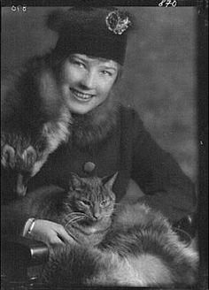Buzzer (Arnold Genthe's studio cat) in a 1914 portrait shot