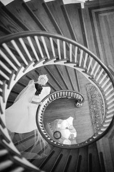 On the way to meet her Groom! #staircase Photography: Marni Rothschild - marnipictures.com