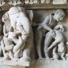 """TEMPLOS DE KHAJURAHO. El repertorio de escenas eróticas, incluso pornográficas, es variadísimo: escenas heterosexuales, orgías, zoofilia... De todo el complejo religioso, los templos más """"calientes"""" son los de Laksmana, Kandariya y Visvanatha. No se trata de escenas aisladas, sino que el tema erótico es el principal en las fachadas de los santuarios.  Nos encontramos con parejas o grupos practicando el mithuna (coito), junto a las divinidades del panteón hinduista."""