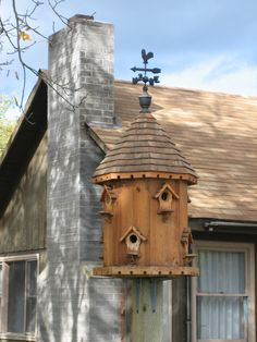 love the weather vane on this birdhouse