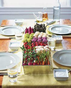 Mesa decorada para boda con vegetales   foto
