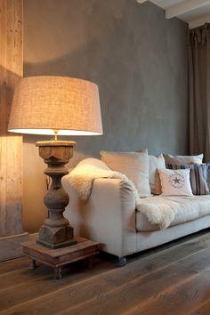 Houten XXL lampvoet in landelijke stijl met verweerde groengrijze kalkverf muur