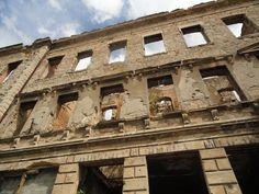 Un paseo por Mostar donde conviven dos ciudades, la mundialmente conocida, la niña bonita y el juguete roto, donde los recuerdos de una guerra cruel son recordados cada día en sus paredes llenas de metralla
