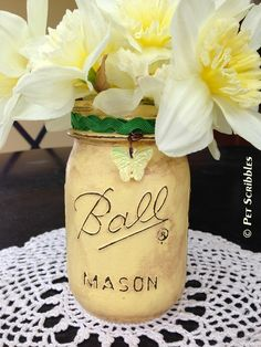 Distressed Mason Jar Vase Tutorial (with pictures and video too) #masonjar #paintedmasonjar #chalkpaintmasonjar #masonjarcraft #recycledcrafts #centerpieceideas