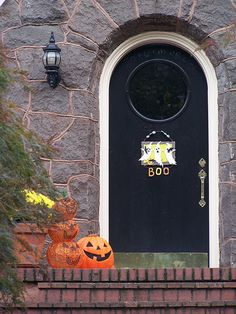 Halloween and Fall Front Porch ideas   http://theinspiredroom.net/2008/10/19/front-porches-a-fall-drive-by/