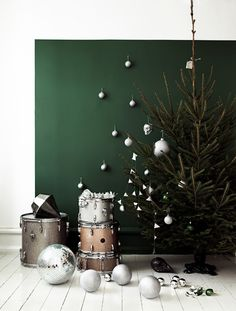Love the forest green with metallic for holiday. #Christmas #decorating